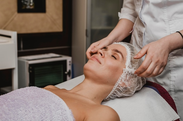 Mulher jovem recebendo tratamento cosmético