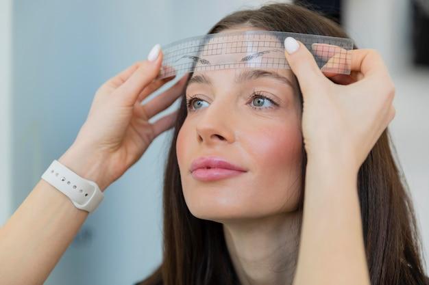 Mulher jovem recebendo tratamento de beleza