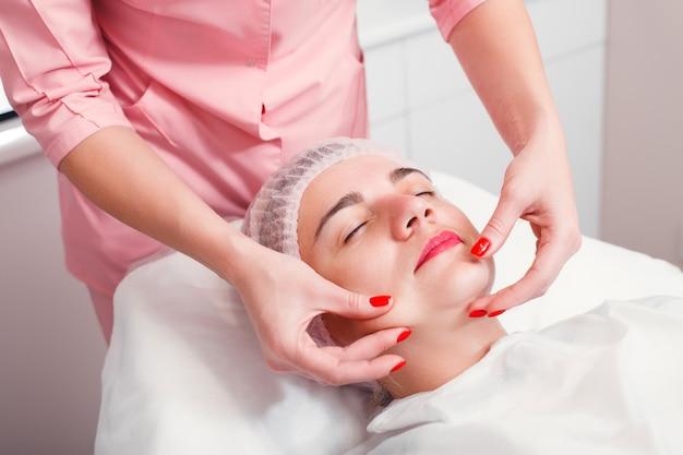 Mulher jovem recebendo tratamento de spa em salão de beleza