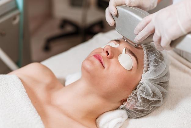 Mulher jovem, recebendo, tratamento laser