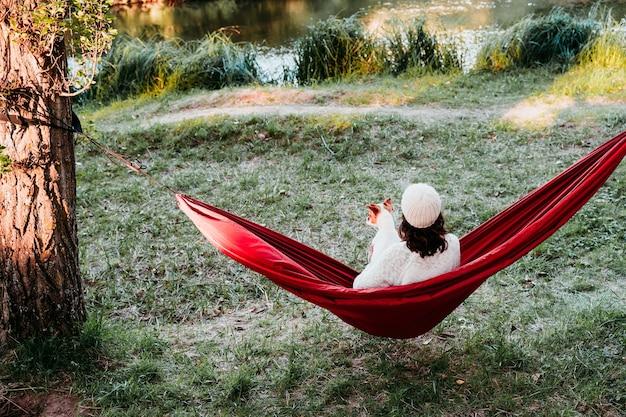 Mulher jovem relaxando na rede