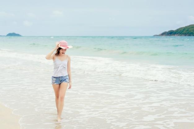 Mulher jovem, relaxante, e, desfrutando, ar fresco