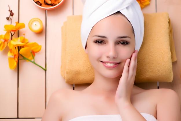 Mulher jovem, relaxante, em, spa, em, conceito saúde