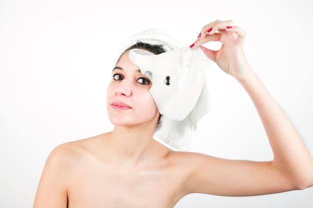 Mulher jovem, removendo, purificando, máscara, de, dela, rosto