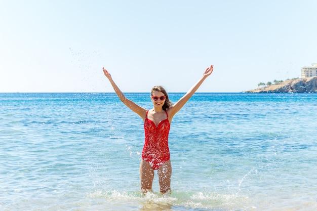 Mulher jovem, respingue água, ligado, um, praia tropical