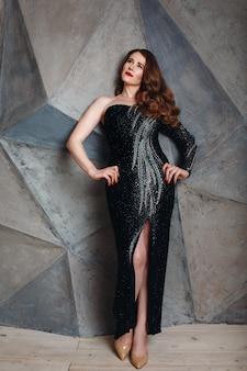 Mulher jovem ruiva de luxo vestido preto