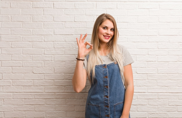 Mulher jovem russa hipster alegre e confiante, fazendo o gesto de ok