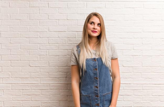 Mulher jovem russa hipster sonhando em alcançar metas e propósitos
