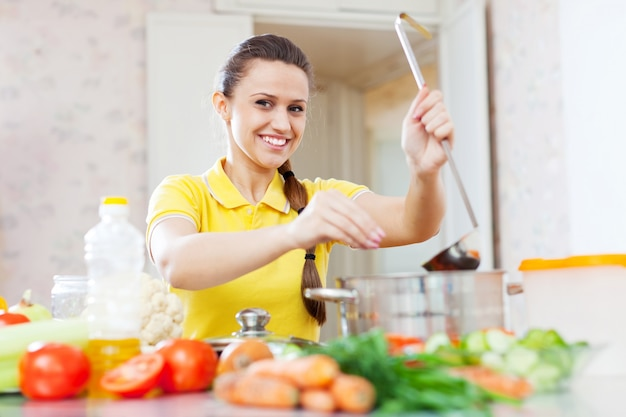 Mulher jovem sais a sopa Foto gratuita