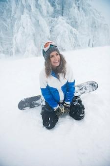 Mulher jovem se divertindo durante o inverno