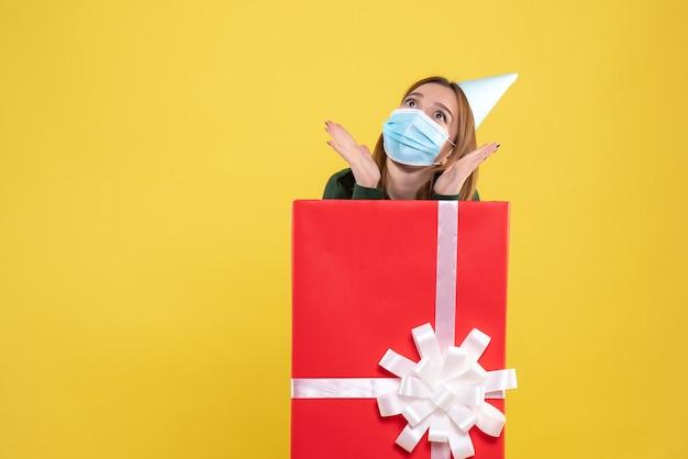 Mulher jovem se escondendo dentro da caixa de presente