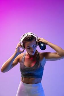Mulher jovem se exercitando com seus fones de ouvido