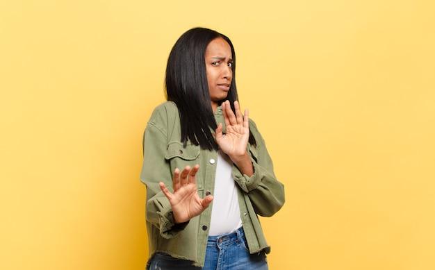 Mulher jovem se sentindo enojada e com náuseas, se afastando de algo desagradável, fedorento ou fedorento, dizendo eca