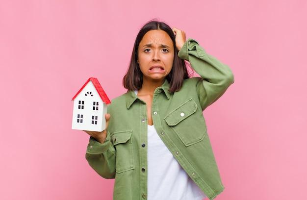 Mulher jovem se sentindo estressada, preocupada, ansiosa ou com medo