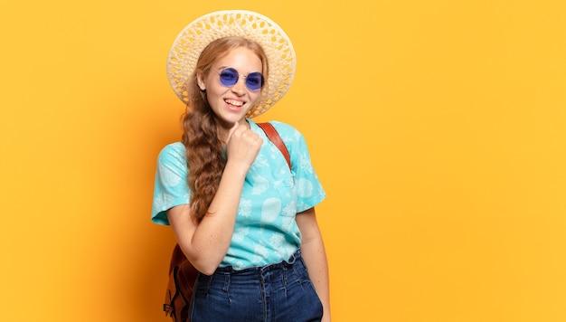 Mulher jovem se sentindo feliz, positiva e bem-sucedida, motivada para enfrentar um desafio ou comemorar bons resultados Foto Premium