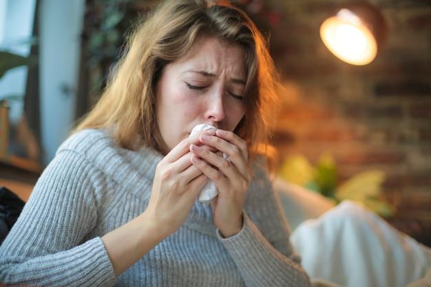 Mulher jovem se sentindo mal - close de uma menina tossindo - mulher doente tentando descansar e se recuperar em casa