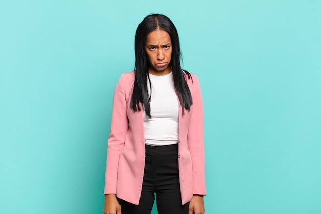 Mulher jovem se sentindo triste e chorona com um olhar infeliz, chorando com uma atitude negativa e frustrada