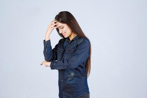 Mulher jovem segurando a cabeça porque está cansada ou com dor de cabeça