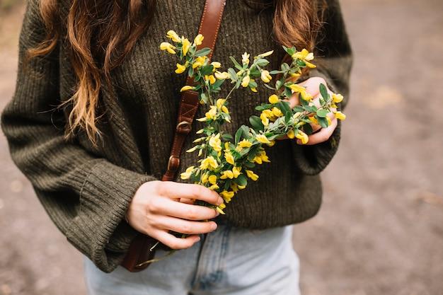 Mulher jovem, segurando, algum, wildflowers