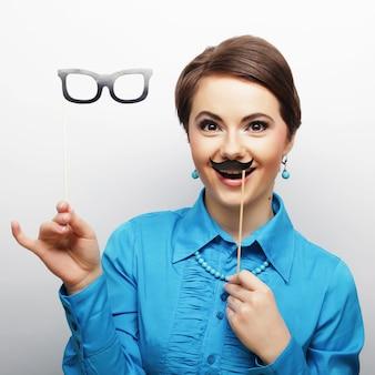 Mulher jovem, segurando, bigode, e, óculos