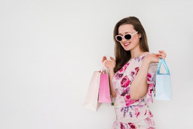 Mulher jovem, segurando, bolsas para compras