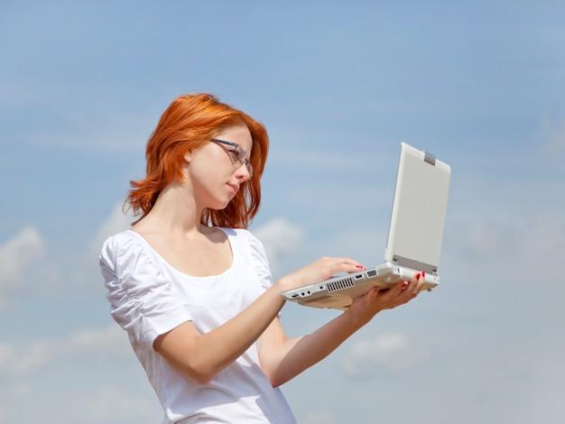 Mulher jovem, segurando, branca, caderno, ligado, céu azul, fundo