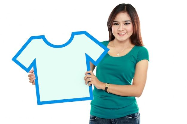 Mulher jovem, segurando, camisa, sinal