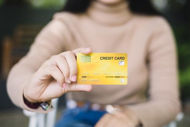 Mulher jovem, segurando, cartão crédito
