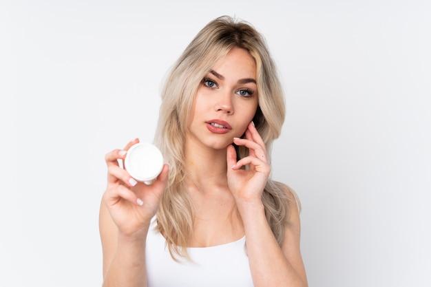 Mulher jovem, segurando cosméticos