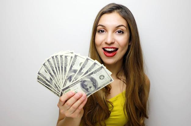 Mulher jovem segurando dinheiro na mão