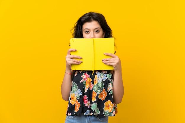 Mulher jovem, segurando, e, lendo um livro