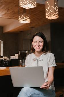 Mulher jovem, segurando, laptop