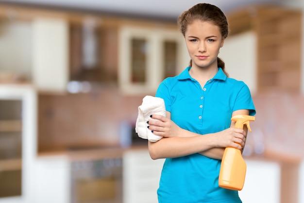 Mulher jovem, segurando, limpeza, equipamento