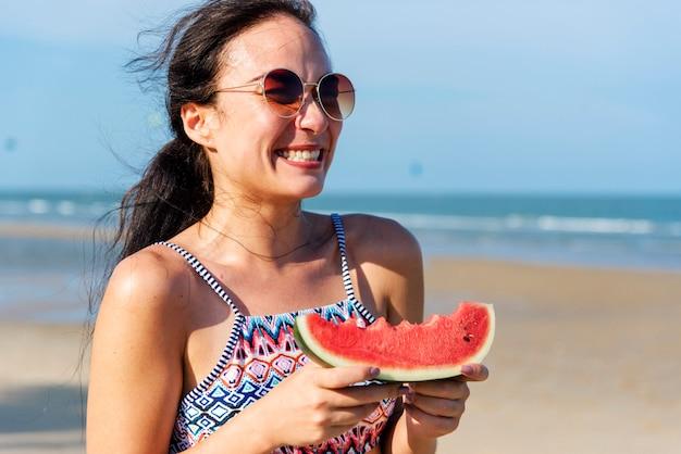 Mulher jovem, segurando, melancia, praia