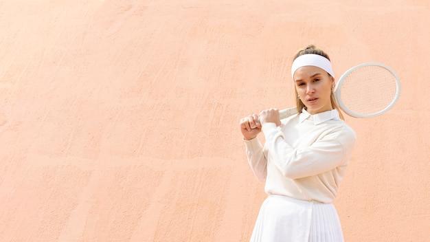 Mulher jovem, segurando raquete tênis