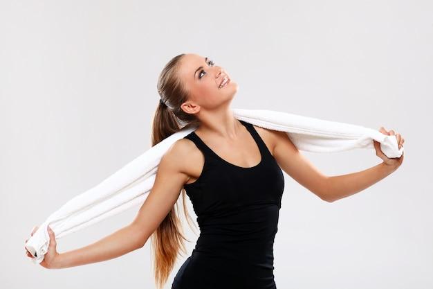 Mulher jovem, segurando toalha