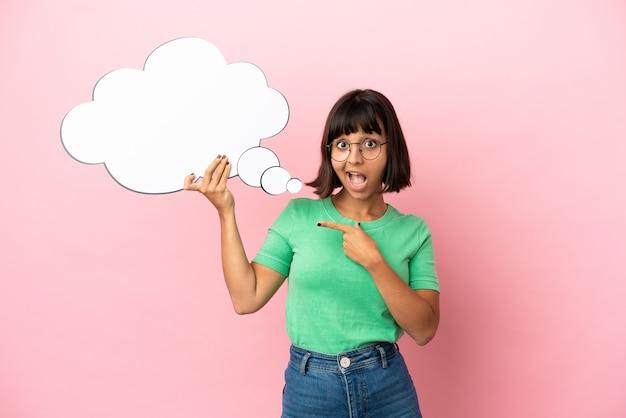 Mulher jovem segurando um balão de fala pensativo com expressão de surpresa