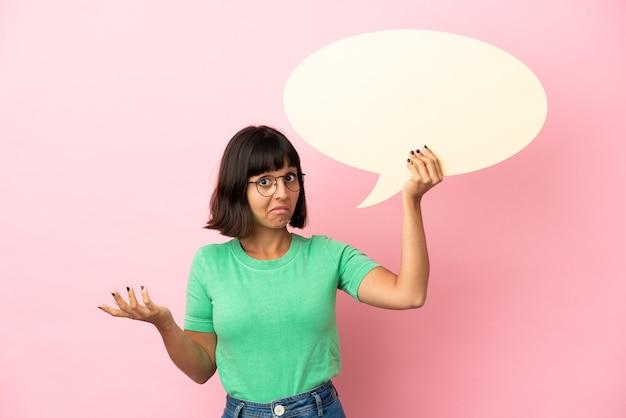 Mulher jovem segurando um balão de fala vazio e tendo dúvidas