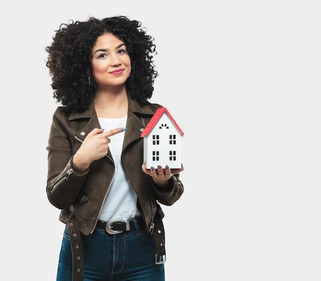 Mulher jovem, segurando, um, casa, modelo