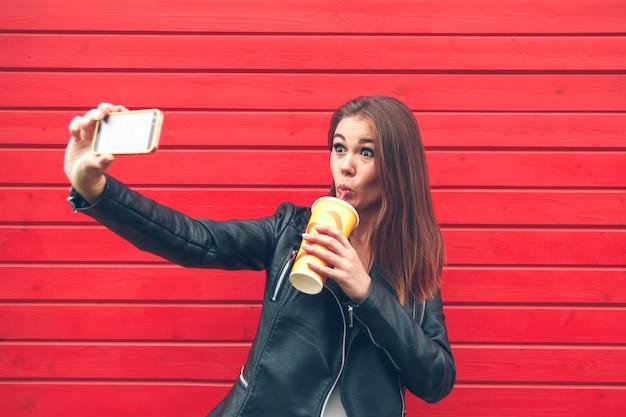 Mulher jovem segurando um celular nas mãos
