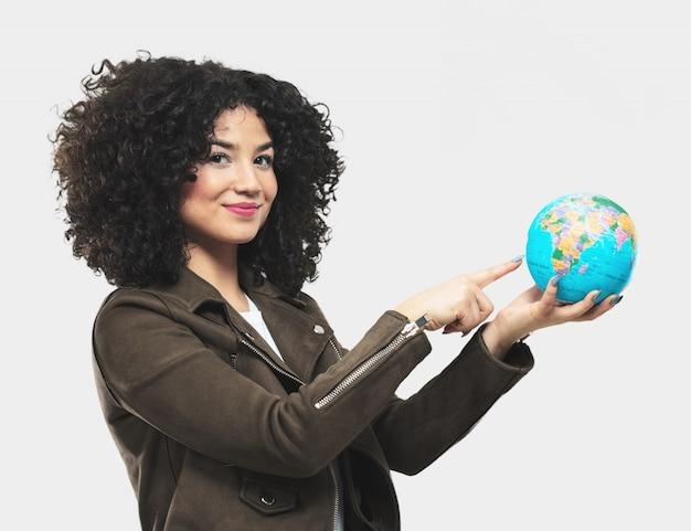 Mulher jovem, segurando, um, globo, terra