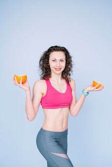 Mulher jovem, segurando, um, laranja