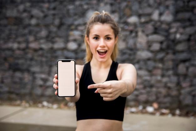 Mulher jovem, segurando, um, smartphone
