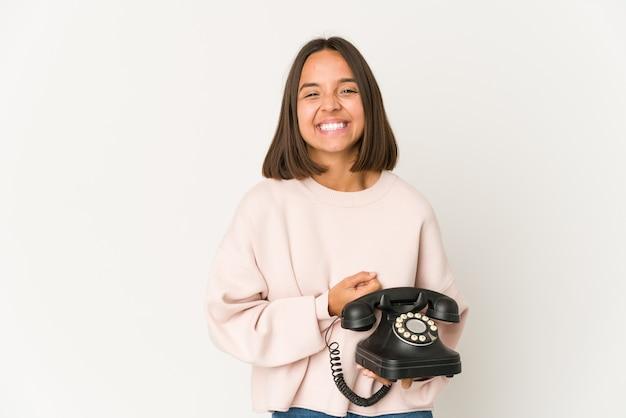Mulher jovem segurando um telefone