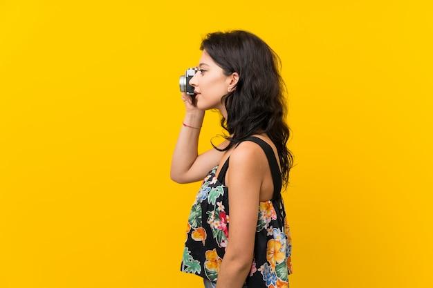 Mulher jovem, segurando uma câmera