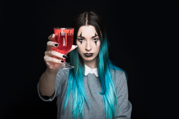 Mulher jovem, segurando, wineglass, com, vermelho, licor