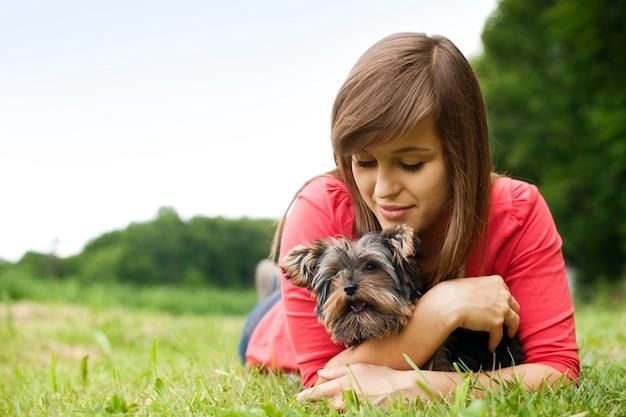 Mulher jovem segurando yorkshire terrier