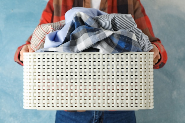 Mulher jovem, segurar, cesta, com, roupas sujas, cima