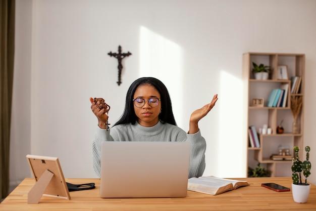 Mulher jovem sendo espiritual em casa
