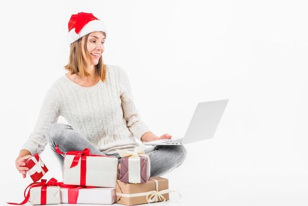 Mulher jovem, sentando, com, laptop, ligado, chão
